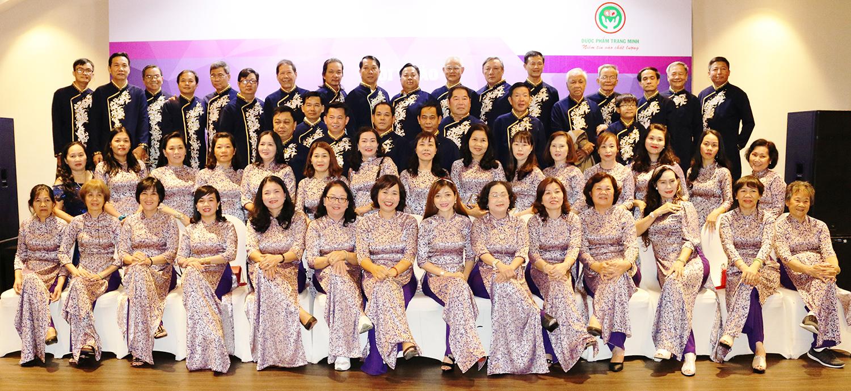 BGĐ công ty Trang Minh chụp ảnh cùng tập thể nhà thuốc tham dự hội thảo