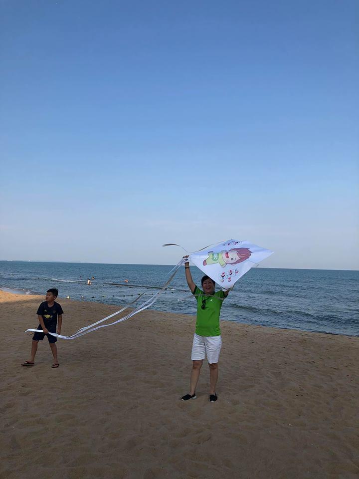 Khách hàng chơi thả diều trên bãi biển