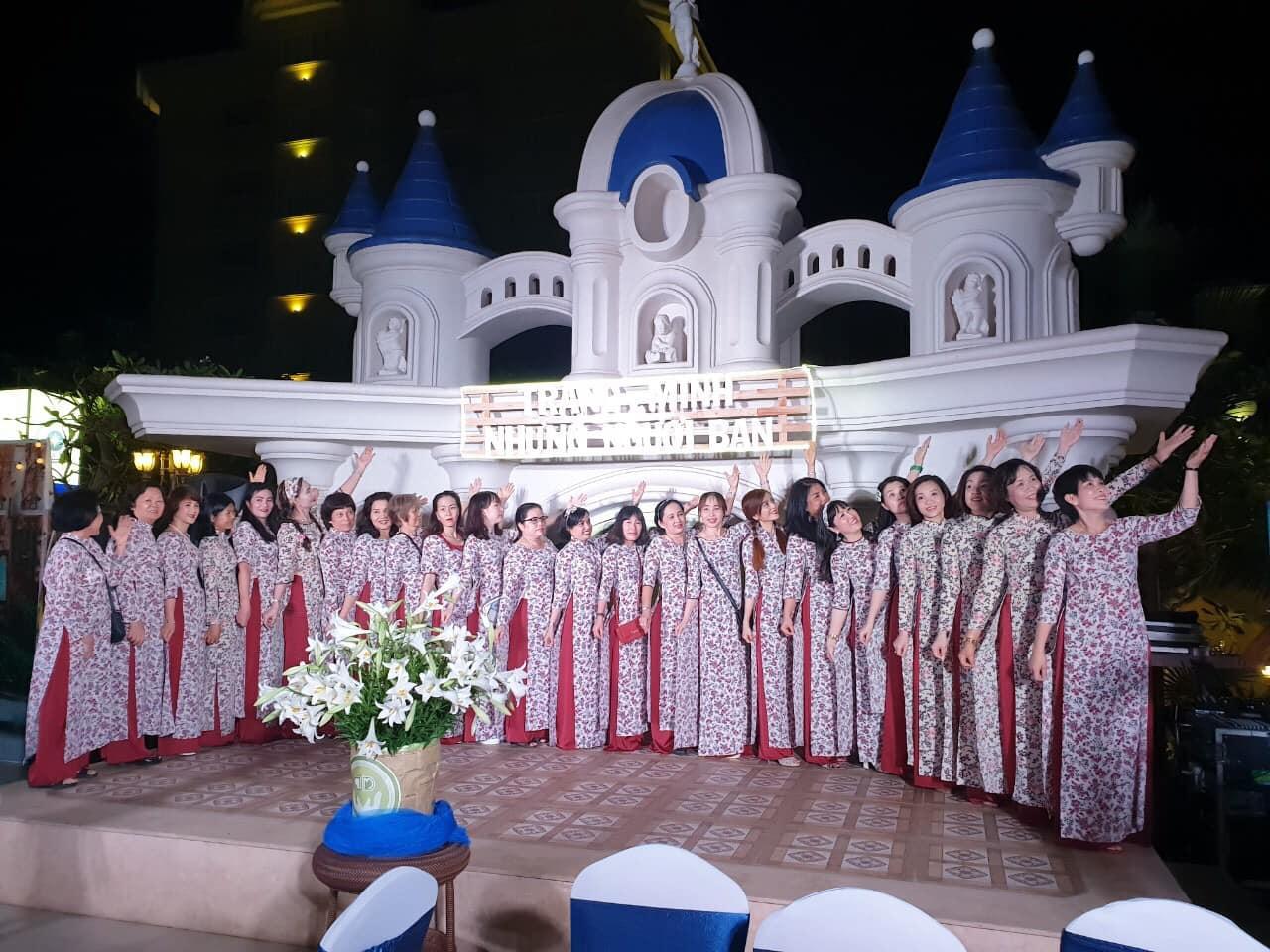 Tổng giám đốc Lê Thị Hảo chụp cùng các khách hàng nữ tại đêm gala